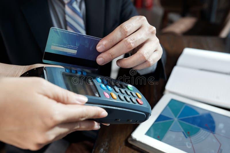 Aff?rsman som nallar kreditkorten arkivfoton