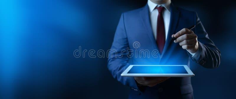 Aff?rsman som rymmer den digitala tableten Man som i regeringsst?llning anv?nder grejen royaltyfri bild