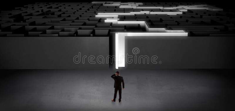 Aff?rsman som startar en p?st?dd m?rk labyrint royaltyfria foton