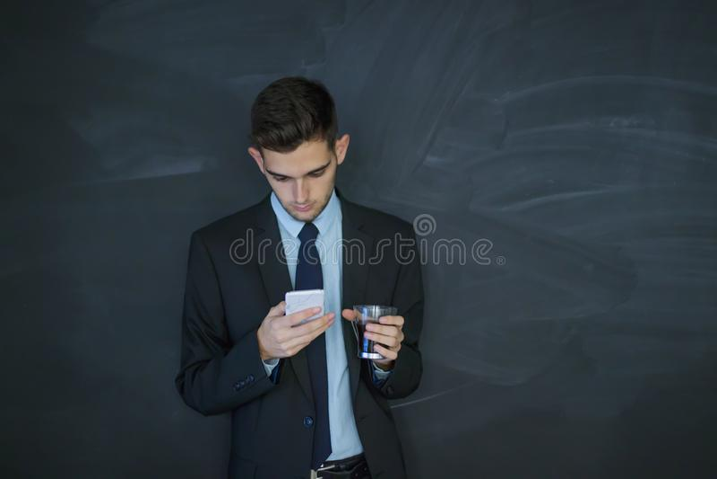 Aff?rsmanen med mobil ringer royaltyfri fotografi