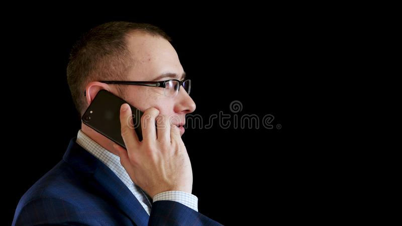Aff?rsmannen kommer med telefonen till hans ?ra och appeller arkivbild