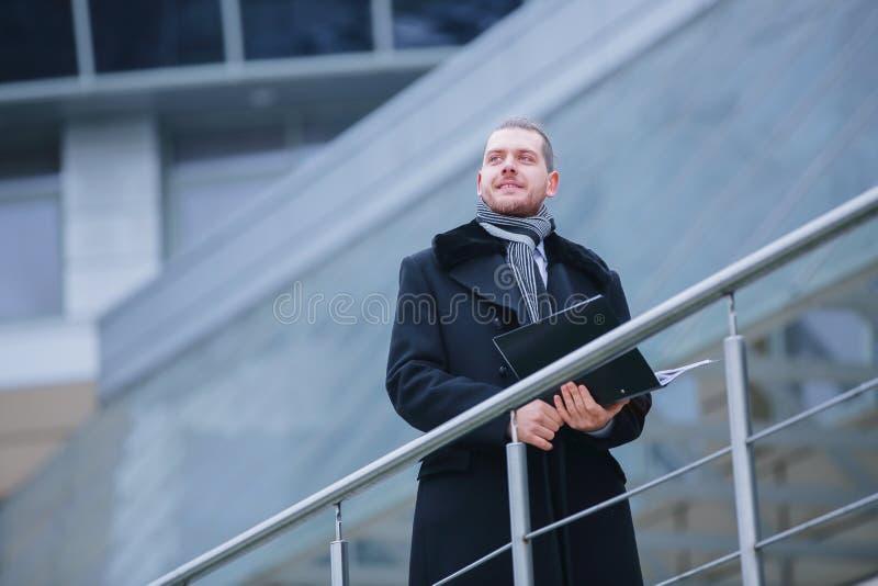 Aff?rsmannen med legitimationshandlingar, kommer in i hans kontor royaltyfri foto