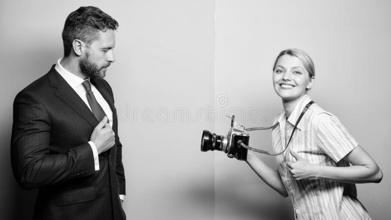Aff?rsmannen tycker om stj?rna?gonblick Fotograf som tar foto den lyckade aff?rsmannen Paparazzibegrepp Photosession f?r royaltyfri foto