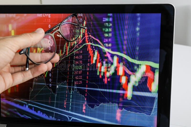 Aff?rsmannen visar sk?rmen p? b?rbara datorn grafen av tillv?xt arkivbild