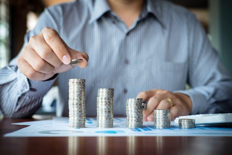 Aff?rsmanrevisor som r?knar pengar och g?r anm?rkningar p? rapporten som g?r finanser och att ber?kna om kostnad av investeringen arkivfoton