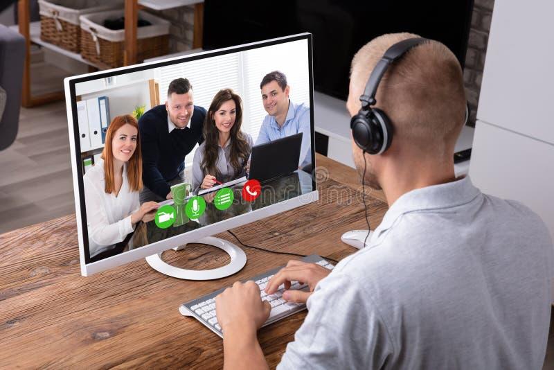 Aff?rsmanvideoconferencing p? datoren arkivbilder