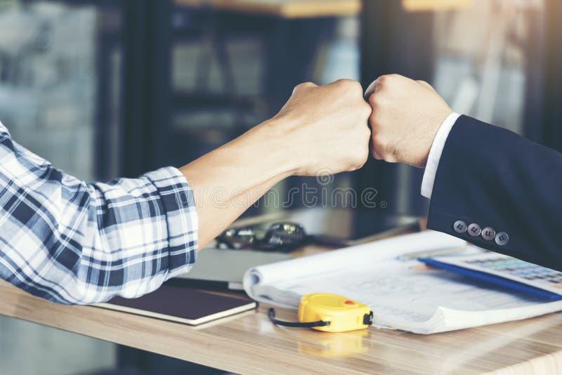 Aff?rspartners som ger n?vebula efter f?rdigt ett avtal Lyckat begrepp f?r teamworkhandgest Partnerskapaff?rsid? royaltyfri foto