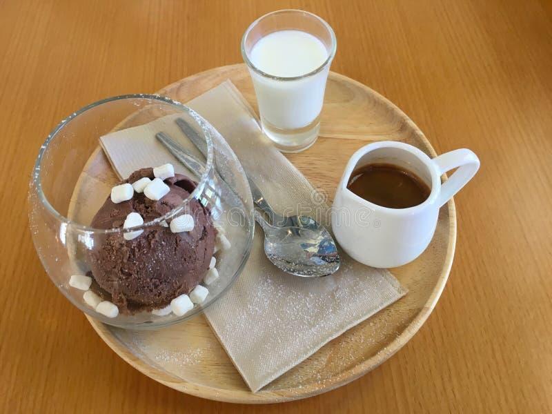Affagato ett klassiskt menyespressokaffe att h?lla p? chokladglass arkivbilder