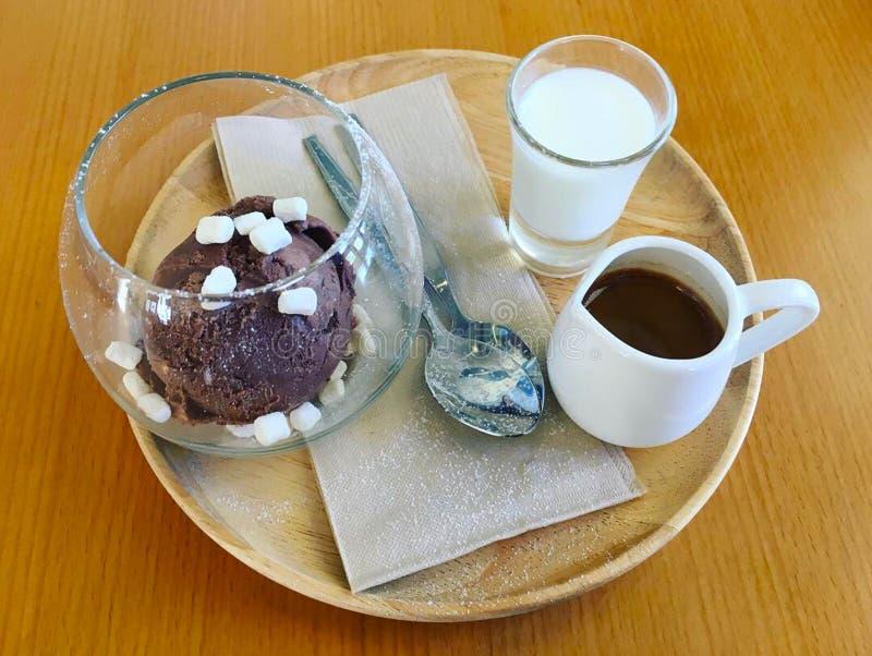 Affagato um café clássico do café do menu para derramar no gelado de chocolate foto de stock