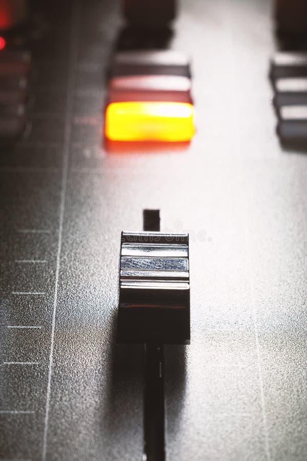 Affaiblisseur d'une console de mélange photographie stock