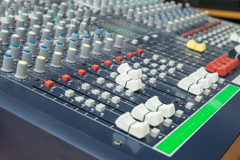 Affaiblisseur et boutons de mélange de panneau de mélangeur audio Foyer sélectif image stock