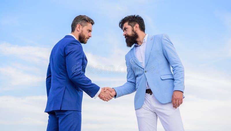 Affaire d'affaires approuvée admise par les deux associés Entrepreneurs se serrant la main l'affaire réussie de symbole Signe sûr image stock