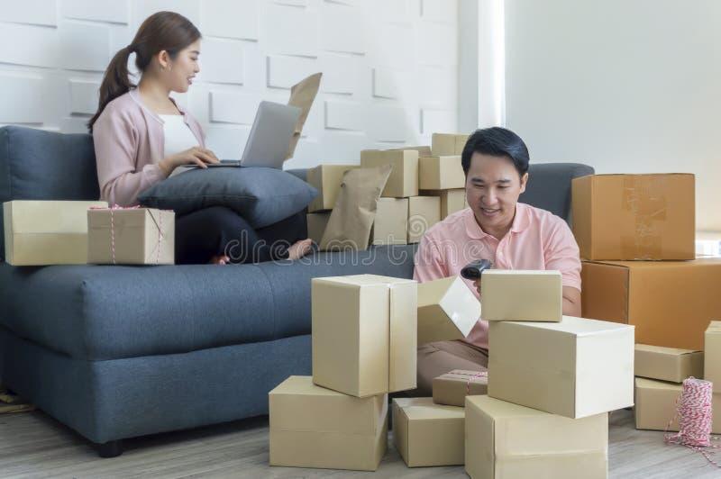 Affaire de famille de démarrage de jeunes couples d'affaires, vente en ligne images libres de droits
