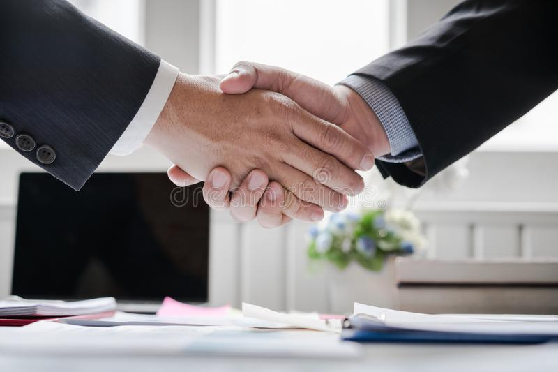 affaire réussie se serrante la main d'affaires de Co-investissement après la grande réunion image stock