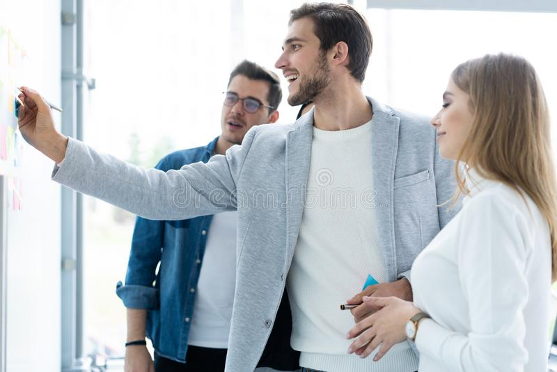 Affaires, éducation et concept de bureau - équipe d'affaires avec le conseil de secousse dans le bureau discutant quelque chose images libres de droits