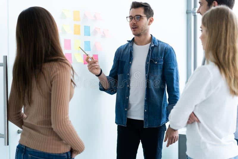 Affaires, éducation et concept de bureau - équipe d'affaires avec le conseil de secousse dans le bureau discutant quelque chose photos libres de droits