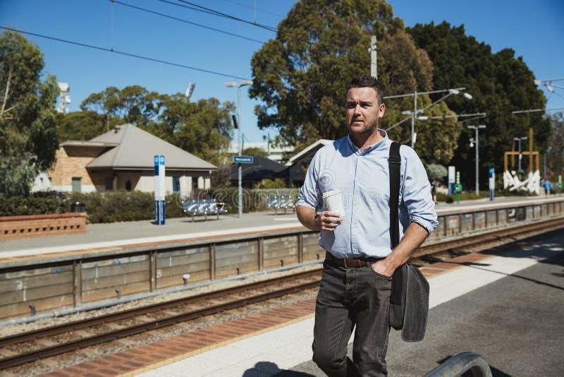Affaires attendant le train photo stock