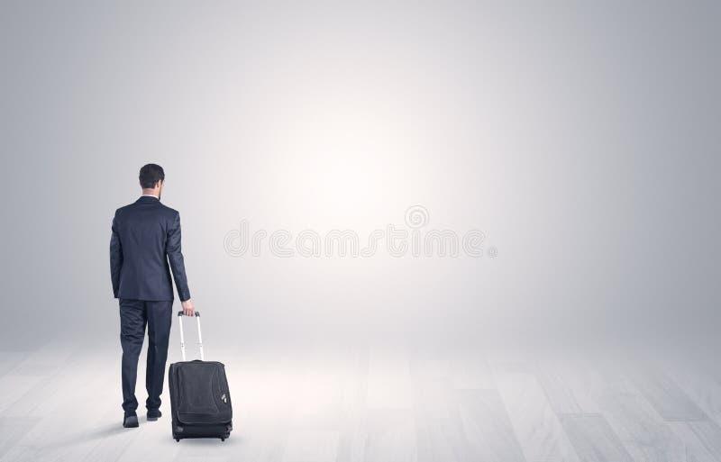Affaires avec le bagage dans un espace illimité photo stock