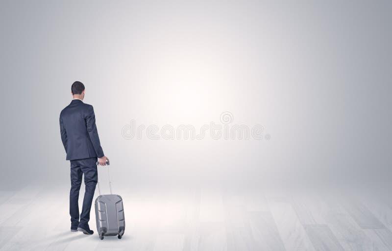 Affaires avec le bagage dans un espace illimité image libre de droits