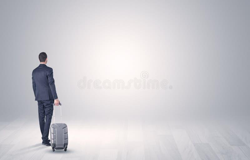 Affaires avec le bagage dans un espace illimité photos stock