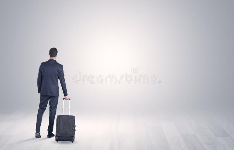 Affaires avec le bagage dans un espace illimité images libres de droits