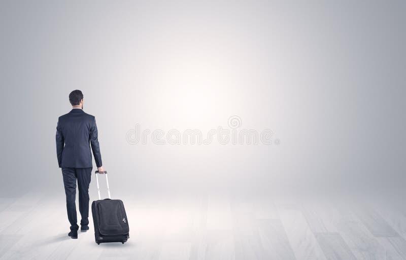 Affaires avec le bagage dans un espace illimité photographie stock libre de droits
