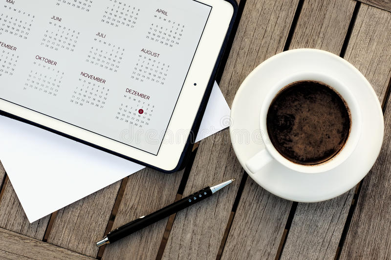 Affaires, calendriers, rendez-vous Table de bureau avec le bloc-notes, ordinateur, tasse de café photo libre de droits
