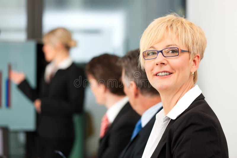 Affaires - contact d'équipe dans un bureau photographie stock