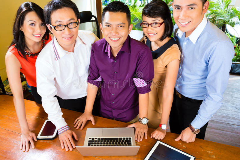 Affaires créatives Asie - Team Meeting dans le bureau image stock