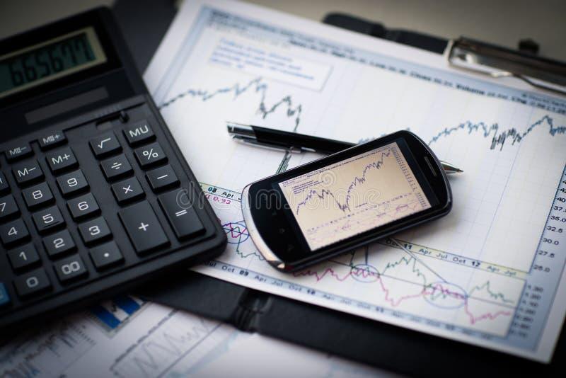 Affaires d'analyse financière de lieu de travail photos stock