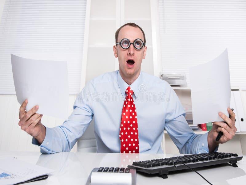 Affaires - de directeur étrange roulant ses yeux et tenant des papiers photo libre de droits