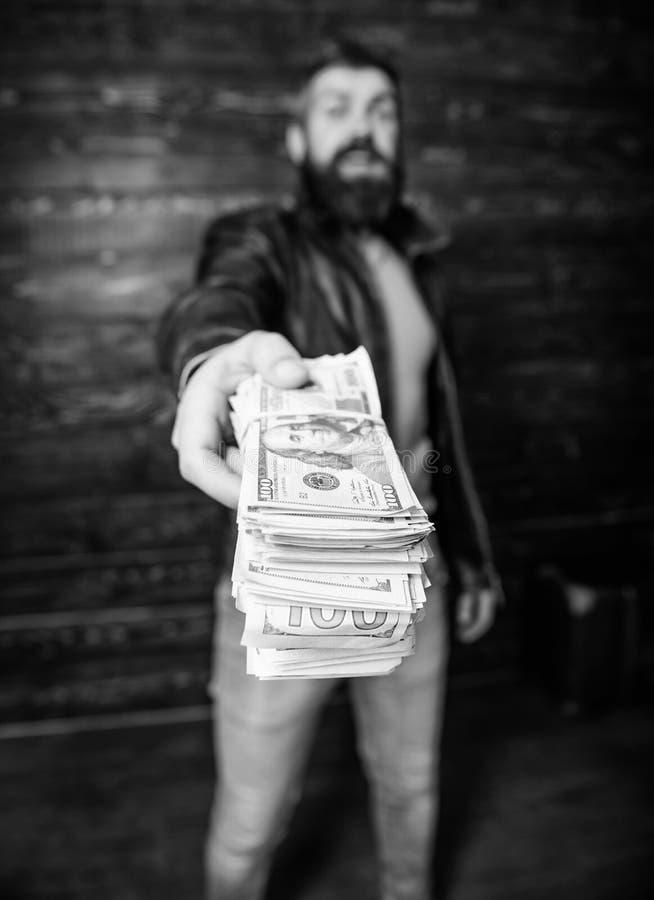 Affaires de Mafia Hippie barbu brutal d'homme utiliser la veste en cuir et tenir l'argent d'argent liquide Bénéfice illégal et ar photo stock