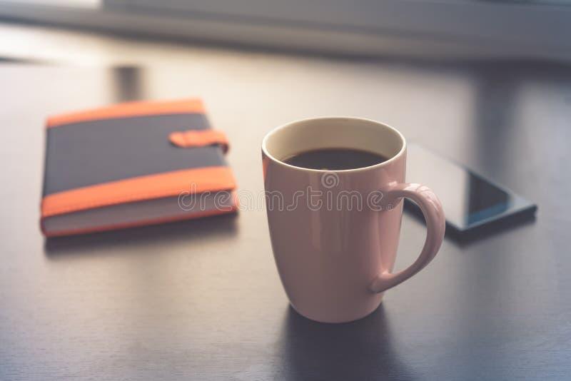 Affaires de pause-café Tasse de téléphone portable et de carnet de café Concept de café de matin photo stock