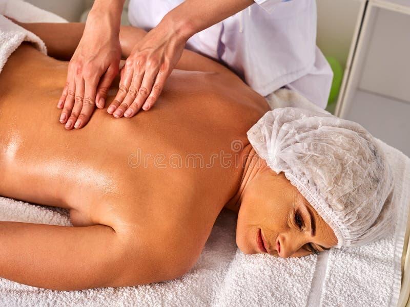 Affaires de thérapie de massage Thérapeute de femme faisant le dos manuel de thérapie images libres de droits