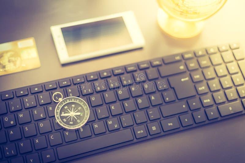 Affaires de Web : avec le clavier, la boussole, la carte de crédit et le smartphone image libre de droits