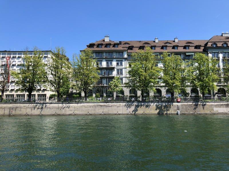 Affaires et b?timents r?sidentiels le long de la rivi?re de Limmat dans la ville de Zurich photographie stock
