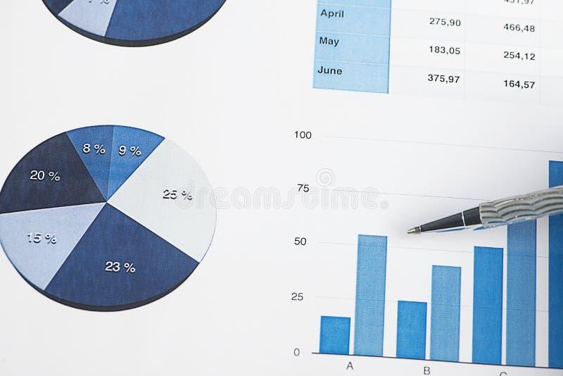 Affaires et finances de graphiques avec un stylo gris photos stock