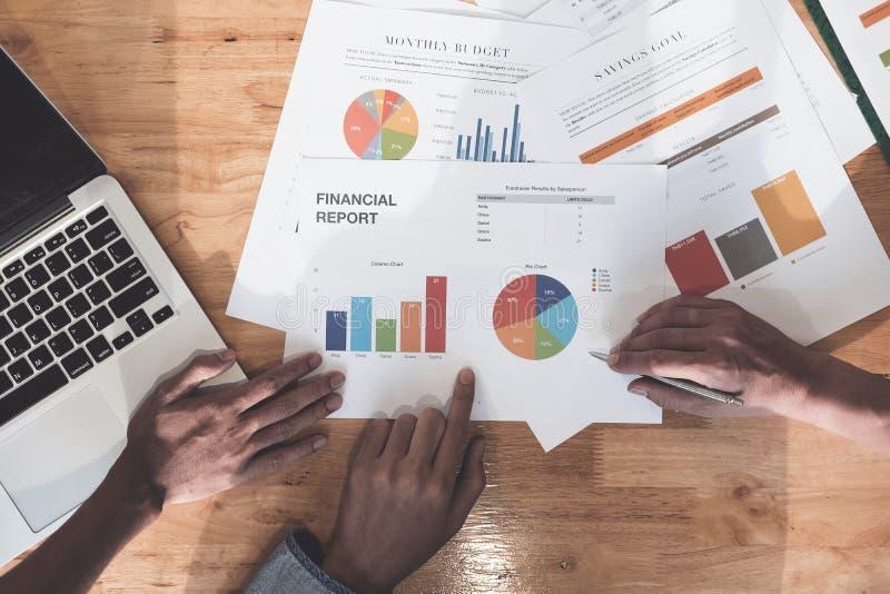 Affaires et planification financière de réunion de discussion de travail d'équipe concentrées image stock