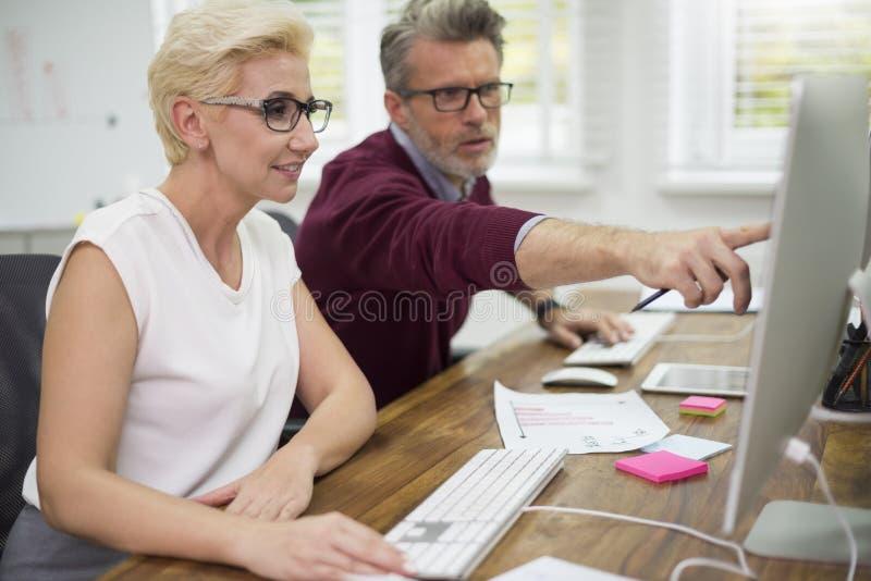 Affaires fonctionnantes d'équipe dans le bureau photos libres de droits