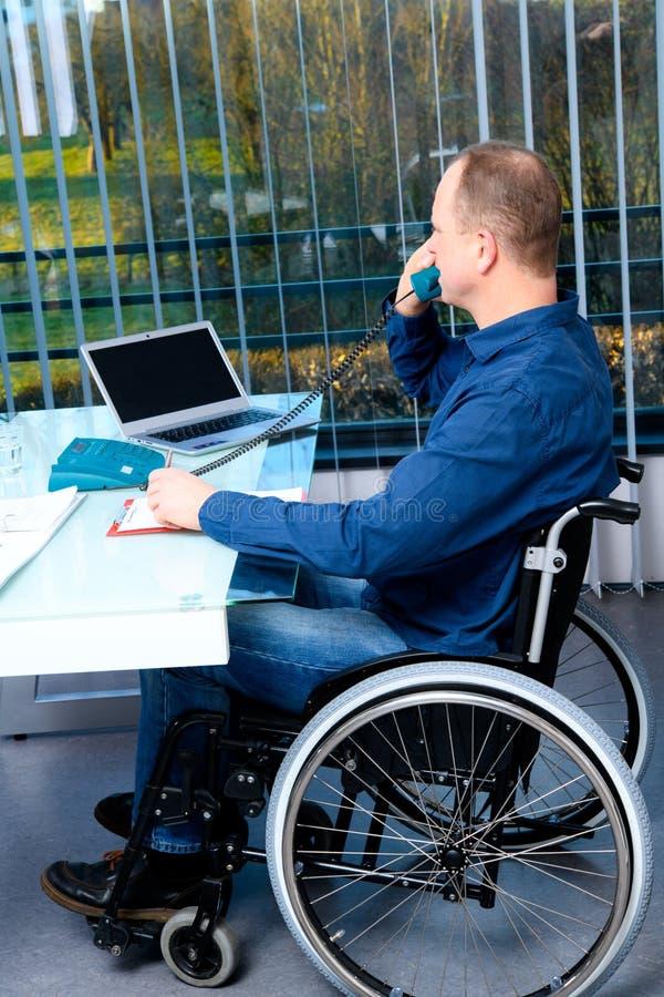 Affaires handicapées dans le fauteuil roulant images stock