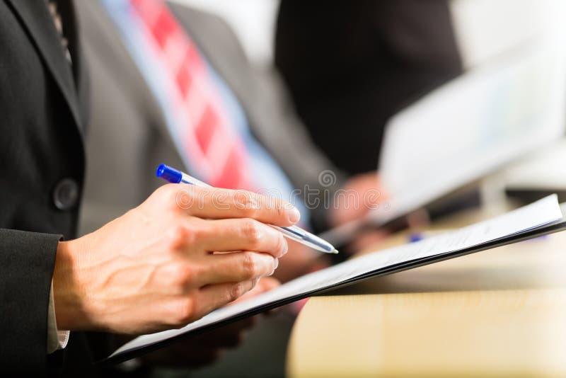 Affaires - hommes d'affaires, contact et présentation dans le bureau images stock