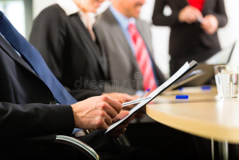 Affaires - hommes d'affaires, contact et présentation dans le bureau images libres de droits