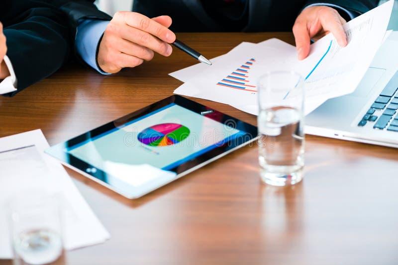 Affaires - hommes d'affaires travaillant avec la tablette photographie stock