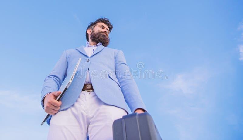 Affaires ill?gales d'affaire Homme d'affaires pr?sent le cas d'affaires Le costume formel d'homme d'affaires porte le fond de cie images stock