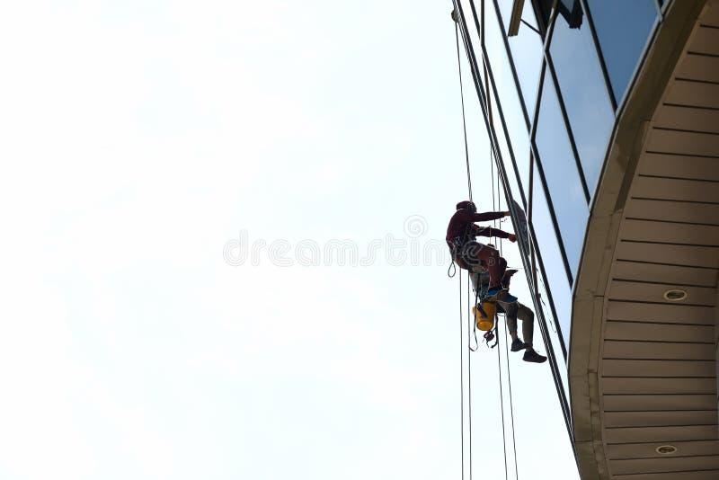 Affaires industrielles de deux de grimpeur fenêtres de lavage photo stock