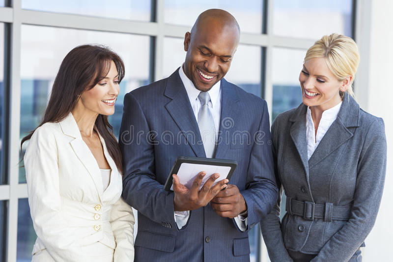 Affaires interraciales Team With Tablet Computer d'hommes et de femmes image stock