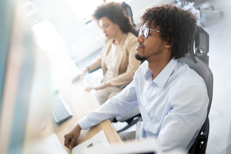 Affaires, les gens, concept d'échouer - hommes d'affaires avec l'ordinateur portable et papiers fonctionnant dans le bureau photographie stock