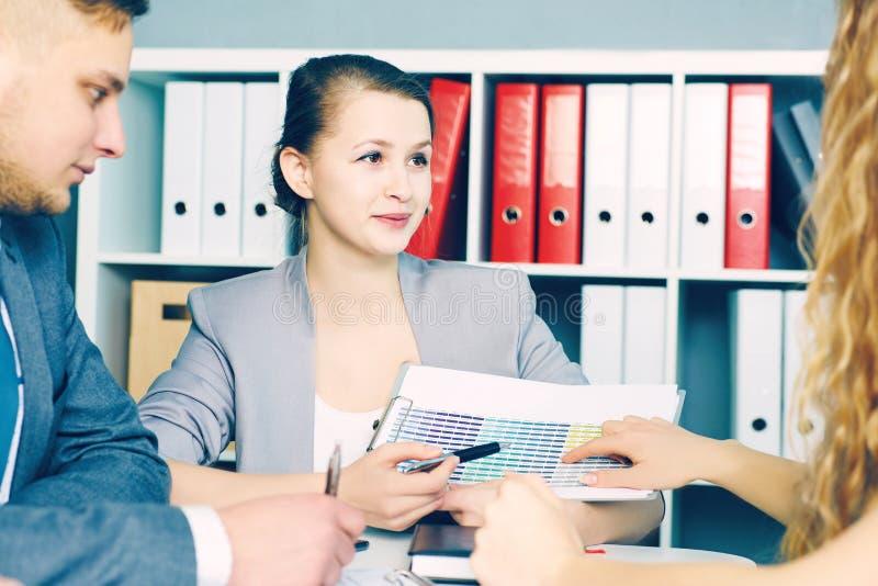 Affaires, les gens, statistiques et concept de travail d'équipe - femme de sourire d'affaires avec le presse-papiers indiquant le photo stock