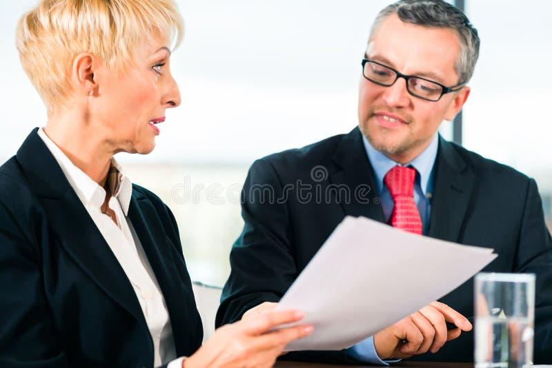 Affaires - réunion dans le bureau, les gens travaillant avec le document images stock