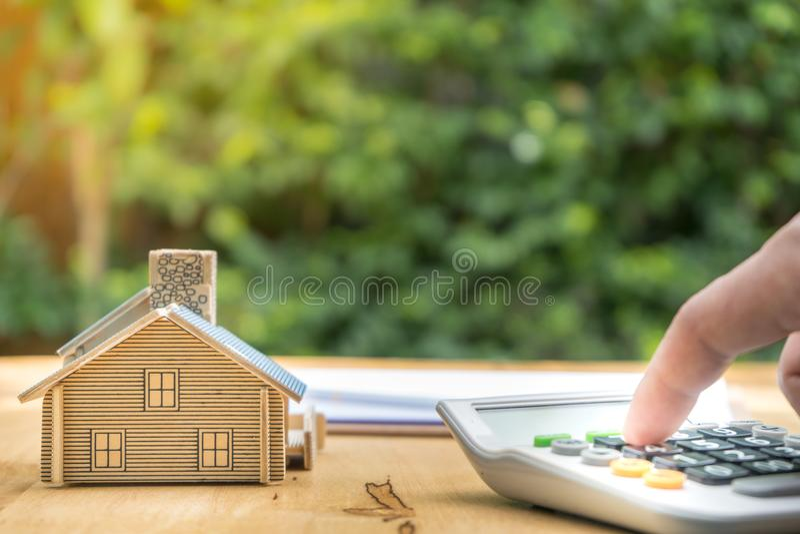Affaires signant une maison achat-vente de contrat image libre de droits